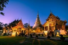 Wat Phra Singh under skymninghimmel arkivfoton