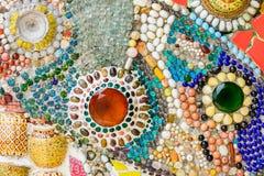 在wat phra t的五颜六色的陶瓷和彩色玻璃墙壁背景 图库摄影