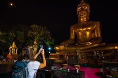 Wat Phra Yai Temple Backpacker prende un'immagine con lo smarphone G immagine stock