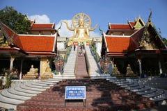 Wat Phra Yai, touristes marchent vers le haut des escaliers Le Bouddha d'or, Ko image stock