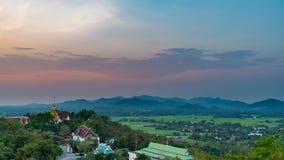 Wat Phrathat有五颜六色的日落天空和云彩的土井Saket 免版税库存照片