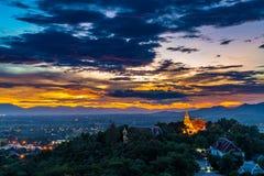 Wat Phrathat有日落天空和五颜六色的云彩的土井Saket 库存照片