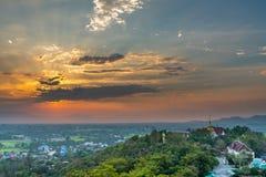 Wat Phrathat Doi Saket mit dem Sonnenunterganghimmel und -wolken Lizenzfreie Stockbilder