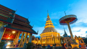 Wat Phrathat Hariphunchai Voramahvihan Famous-Tempel von Lumphun, Thailand stock footage