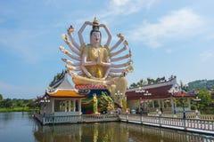 Wat Plai Laem寺庙和18只手观音工业区或在酸值苏梅岛海岛上的观世音菩萨雕象在泰国 库存照片