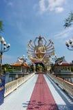 Wat Plai Laem寺庙和18只手观音工业区或在酸值苏梅岛海岛上的观世音菩萨雕象在泰国 免版税图库摄影