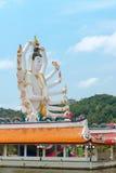 Wat Plai Laem-tempel met het standbeeld Guan Yin van de 18 handengod op Koh Sa Royalty-vrije Stock Afbeeldingen
