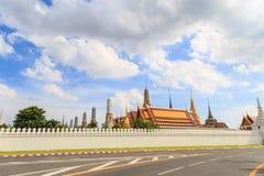 Wat Pra Kaew το μεγάλο παλάτι ενάντια στα σύννεφα και το μπλε ουρανό VI Στοκ Εικόνες