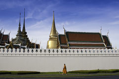 Wat Pra Kaew met Monnik die overgaat door royalty-vrije stock foto's