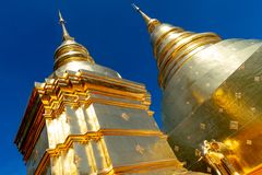 Wat Prasing寺庙的金黄塔有天空蔚蓝背景 库存照片