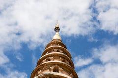 Wat Ram Poeng Pagoda con el cielo azul y las nubes en Chiang Mai, Th foto de archivo