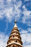 Wat Ram Poeng Pagoda med blå himmel och moln i Chiang Mai, Th Arkivfoton