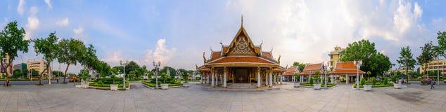 360 Wat Ratcha Nadda寺庙的全景金黄塔 免版税库存照片
