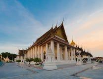 Wat Ratchanadda, Loha Prasat и традиционный тайский павильон стоковые фото