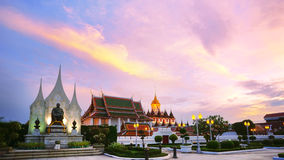 Wat Ratchanaddaram i Loha Prasat metalu pałac w Bangkok, Tajlandzkim Fotografia Stock