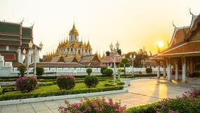 Wat Ratchanatdaram eller Loha Prasat är den offentliga templet som det är den mest turist- destinationsgränsmärket i Bangkok Thai royaltyfri fotografi