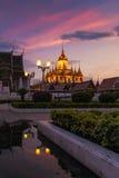 Wat Ratchanatdaram en härlig tempel på skymningtid Arkivbild