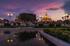Wat Ratchanatdaram en härlig tempel på skymningtid Fotografering för Bildbyråer