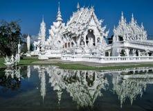 Wat Rong Khun é refletido no lago como em um espelho Fotografia de Stock Royalty Free