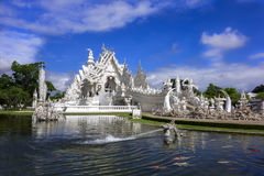 Wat Rong Khun Dragon Head, peixes, templo fotografia de stock royalty free
