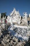 Wat Rong Khun-Eingangsbrücke und 'der Zyklus der Wiedergeburt ' stockfotos