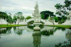 Wat Rong Khun, godsdienst en art. stock afbeeldingen