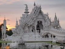 Wat Rong Khun (o templo branco) sob o céu do por do sol Fotografia de Stock