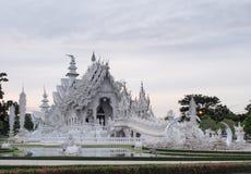 Wat Rong Khun (o templo branco) sob o céu do por do sol Foto de Stock
