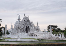 Wat Rong Khun (o templo branco) sob o céu nebuloso Imagem de Stock