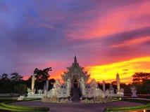Wat Rong Khun (o templo branco) sob o céu surpreendido Fotos de Stock