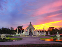 Wat Rong Khun (o templo branco) sob o céu surpreendido Foto de Stock Royalty Free