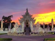 Wat Rong Khun (o templo branco) sob o céu surpreendido Imagens de Stock