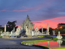 Wat Rong Khun (o templo branco) sob o céu surpreendido Foto de Stock