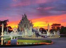 Wat Rong Khun (o templo branco) sob o céu surpreendido Imagem de Stock Royalty Free