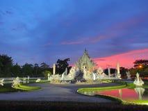 Wat Rong Khun (o templo branco) sob o céu surpreendido Imagens de Stock Royalty Free