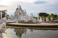 Wat Rong Khun White Temple è uno della maggior parte della visita favorita dei turisti dei punti di riferimento in Tailandia, cos fotografia stock