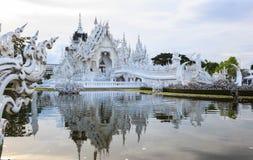 Wat Rong Khun White Temple is één van het meeste favoriet bezoek van oriëntatiepuntentoeristen in Thailand, gebouwd met moderne t stock foto