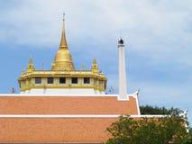 金黄山, Wat Saket寺庙的一座古老塔在曼谷,泰国 图库摄影