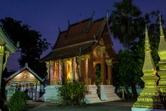 Wat Sensoukharam dans Luang Prabang la nuit au Laos images stock