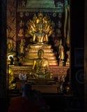 Wat Sensoukharam en Luang Prabang en la noche en Laos fotos de archivo