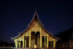 Wat Sensoukharam i Luang Prabang på natten royaltyfri bild