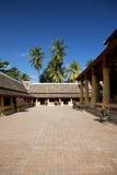 Wat Si Saket w Vientiane, otacza luksusowymi tropikalnymi drzewami. Zdjęcia Stock