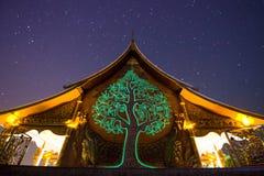 Wat Sirindhorn Phu Praw e céu noturno, templo em Tailândia Fotografia de Stock