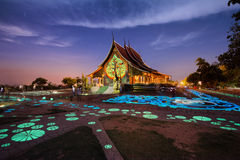 Wat sirindhorn wararam在泰国的晚上乌汶叻差他尼 库存图片