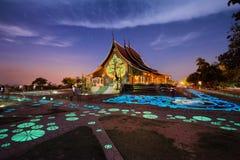 Wat sirindhornwararam på natten Ubon Ratchathani på Thailand Arkivbilder