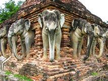 Wat Sorasak is een chedi met olifantencijfers omringend zijn basis stock afbeeldingen