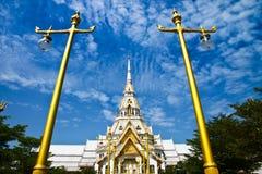 Wat Sothorn con la lámpara de calle tailandesa Foto de archivo libre de regalías