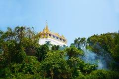 Wat Sraket Rajavaravihara dans la forêt avec la brume et le ciel bleu, Images stock