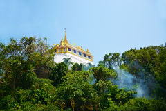 Wat Sraket Rajavaravihara nella foresta con foschia e cielo blu, immagini stock