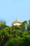 Wat Sraket Rajavaravihara nella foresta con foschia e cielo blu, fotografia stock libera da diritti